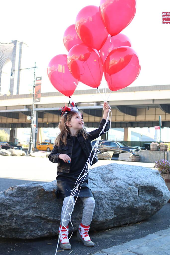 littlefirlholdingballons